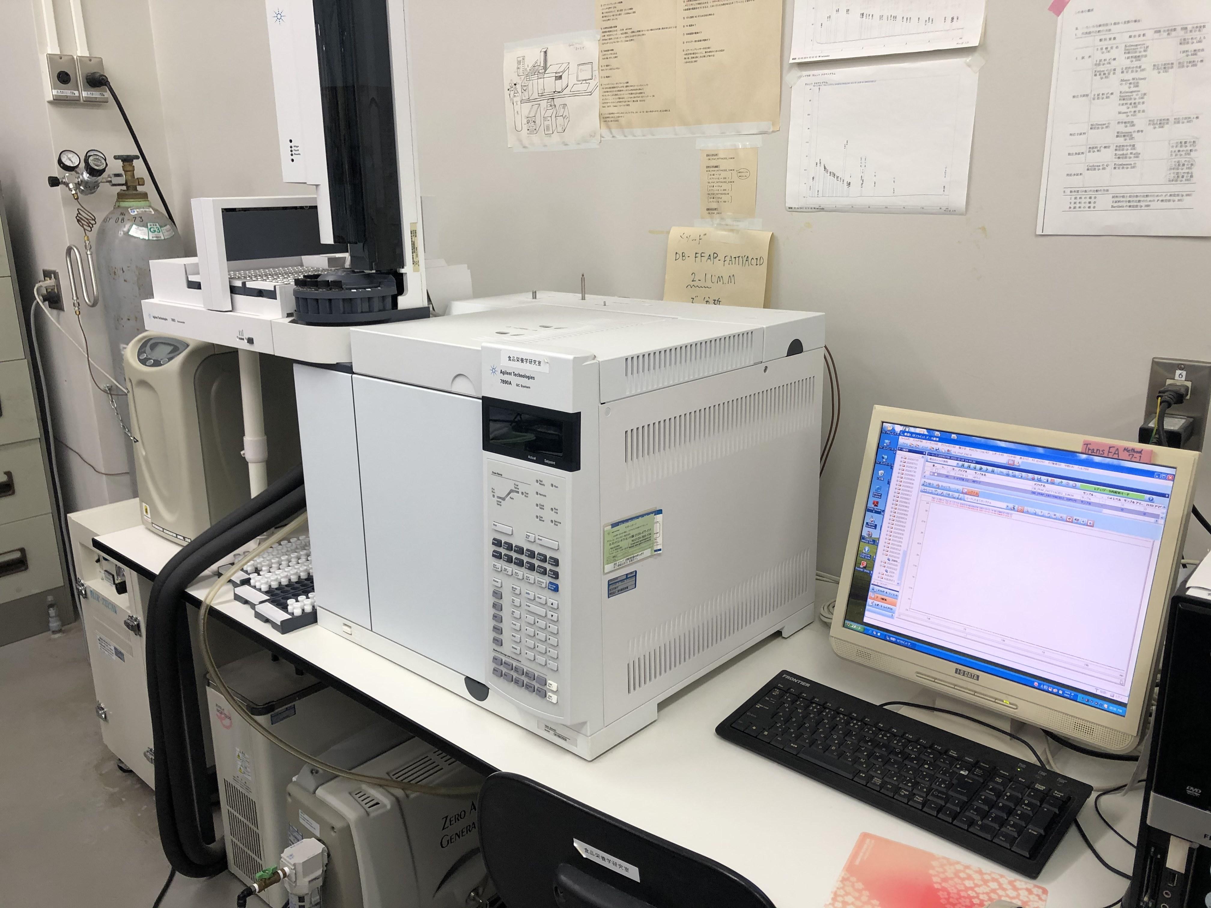 動物から得られた試料は、さまざまな分析機器で解析します。