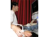 学生同士で検者、被検者となり超音波検査をしています。