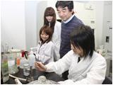 ガスバーナーの火で滅菌した白金耳で細菌を含む検体を採取するところです。